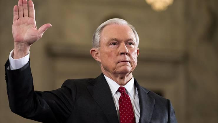 Jeff Sessions mit der Hand zum Eid erhoben (Archiv)