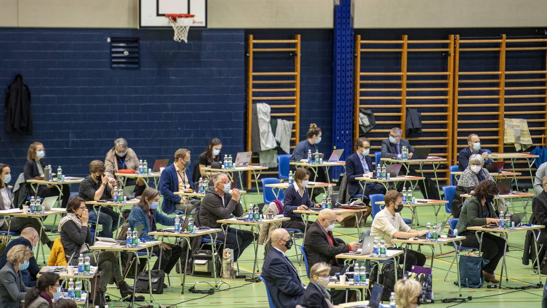 Die Luzerner Kantonsraete waehrend der Luzerner Kantonsratssitzung vom Montag, 15. Maerz 2021 in der Stadthalle in Sursee waehrend der Corona-Pandemie.
