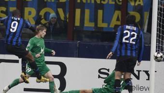 Samuel Eto\'o (links) mit dem 1:0 für Inter Mailand