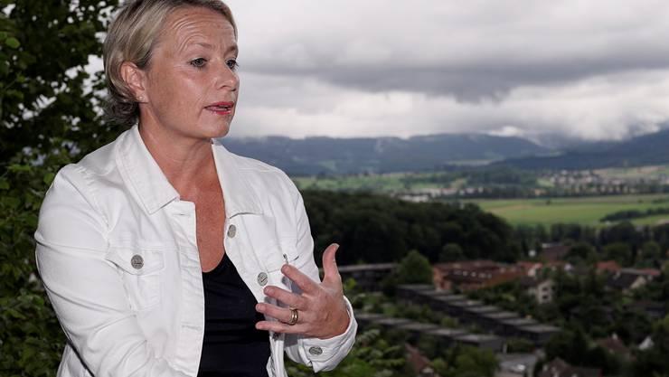 In ihrem Gartenhaus oberhalb Biel-Benken mit weitem Blick übers Leimental erklärt Elisabeth Schneider-Schneiter, weshalb sie sich für ein Ja am 28. September einsetzt. Kenneth Nars