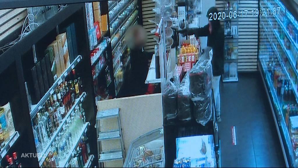 Mann bedroht Verkäuferin von Bahnhofskiosk mit Waffe