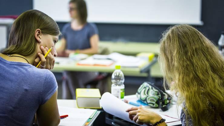 Mit 13 Wochen Ferien wären Gymnasiasten gegenüber Lehrlingen heute bereits privilegiert, meint der Regierungsrat und lehnt die Einzelinitiative ab. (Archiv)