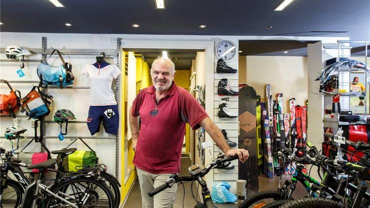 Urs Brotschi in seinem Sportladen, den er nun seit 25 Jahren erfolgreich führt.Hanspeter Bärtschi