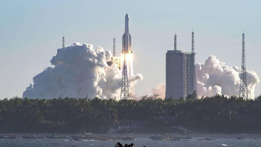 Foto der amtlichen Agentur Xinhua News vom Start der Rakete Langer Marsch 5B vom Raumfahrtzentrum Wenchang in der Provinz Hainan. Langfristig will China auch eine bemannte Mission auf den Mond schicken.