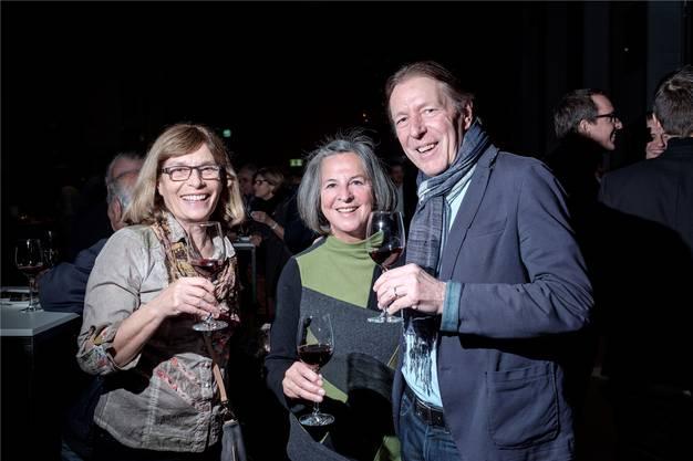 Stadtführerin Silvia Hochstrasser (links) und ihr Ehremann Kurt Hochstrassernehmen Anita Hofmann in die Mitte.