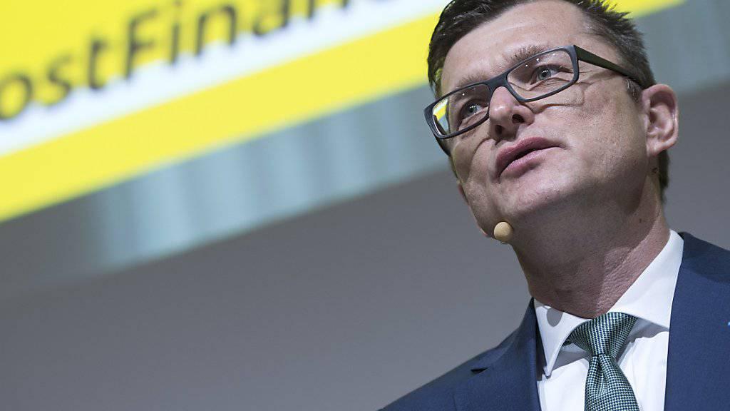 Postfinance-Chef Hansruedi Köng will angesichts sinkender Gewinnmargen bis zu 500 Stellen bis 2020 abbauen. (Archiv)