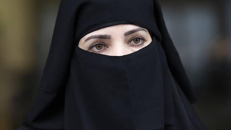 Das Parlament will eine gesetzliche Pflicht, das Gesicht zu zeigen, wenn jemand identifiziert werden muss. Nach dem Ständerat hat sich nun auch der Nationalrat für einen indirekten Gegenvorschlag zur Burkainitiative ausgesprochen. (Themenbild)