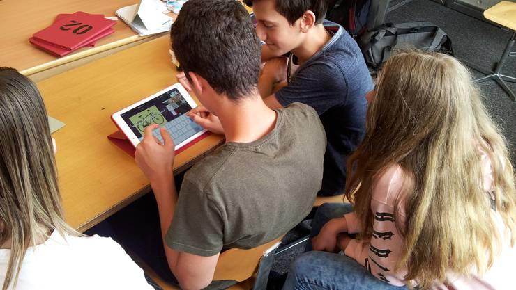 Die Schüler und Schülerinnen erarbeiten in Gruppen, wie sie in Zukunft mobil sein werden.