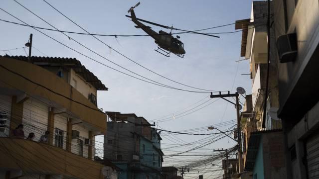 Ein Militärhelikopter fliegt über ein Armenviertel in Rio