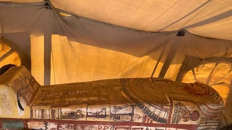 HANDOUT - Einer der antiken Sarkophage aus der  Grabstätte Sakkara. Foto: -/Ministry of Tourism and Antiquities/AP/dpa - ACHTUNG: Nur zur redaktionellen Verwendung und nur mit vollständiger Nennung des vorstehenden Credits