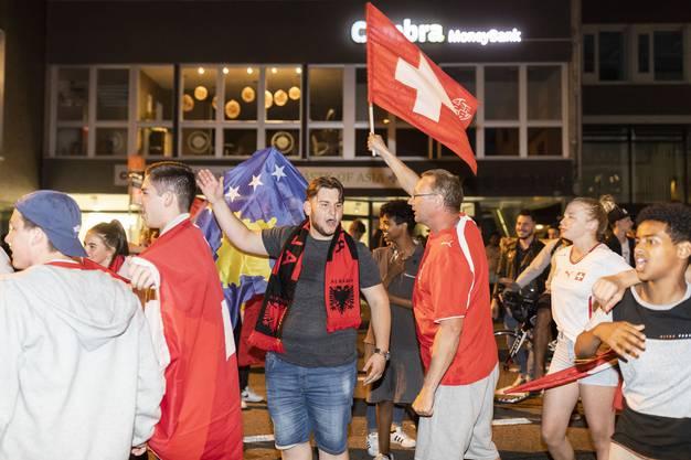 Fussballfans feiern den Sieg der Schweiz nach dem WM-Spiel gegen Serbien, am 22. Juni 2018 an der Bahnhofstrasse in Aarau.