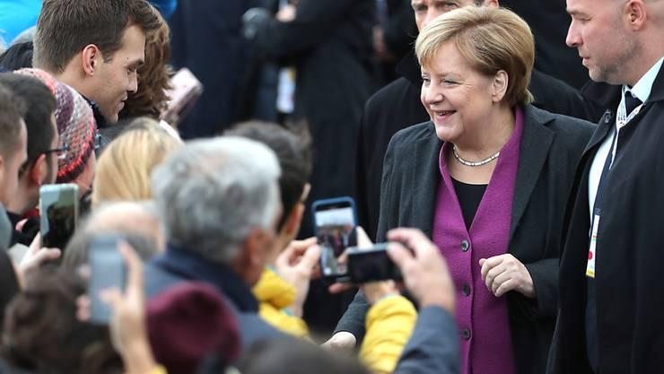 Kanzlerin Merkel nimmt am Tag der deutschen Einheit Bürger ein Bad in der Menge.