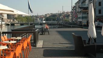 Der fast leere Platz am Limmatquai, wo 2014 ein Hafenkran stehen soll, stösst bei Passanten und Geschäftsleuten auf Anklang. mts