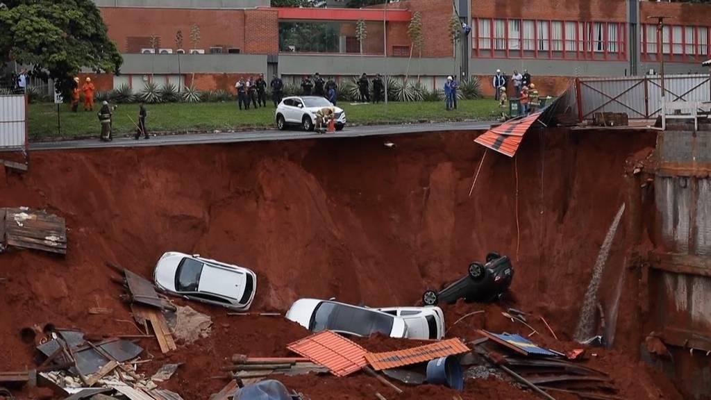 Riesiges Senkloch verschluckt vier Autos
