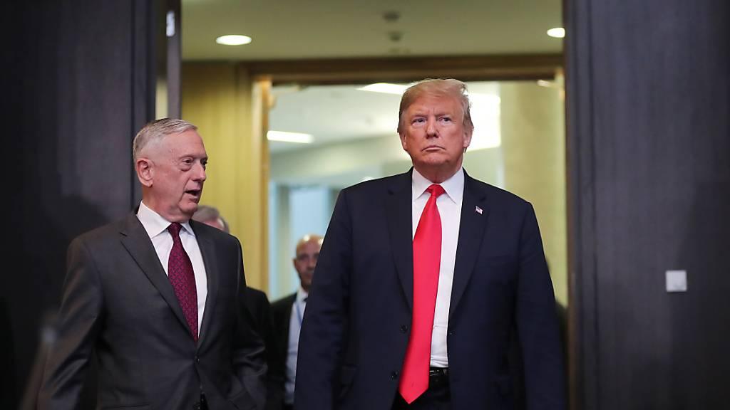 Der ehemalige amerikanische Verteidigungsminister James Mattis (links) übt harsche Kritik an US-Präsident Donald Trump (rechts) wegen den Unruhen im Land. (Archivbild)