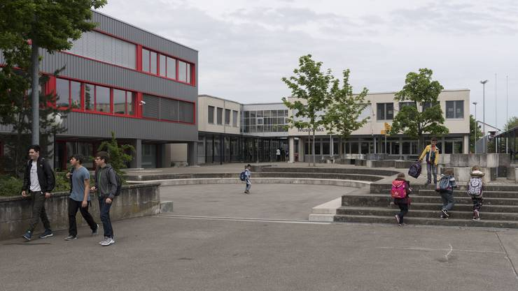 Die Schulanlage Rain in Kleindoettingen. Statt Sek- und Realschülern sollen hier in Zukunft Bezschüler unterrichtet werden. (Archiv)
