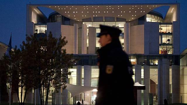 Polizist vor dem Kanzleramt in Berlin