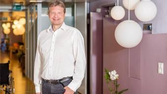 Geschäftsführer Dieter Hermann im Korridor von Hospiz Stationär Palliative Care in Brugg: «Ich geniesse die Ruhe am Morgen.» Sandra Ardizzone