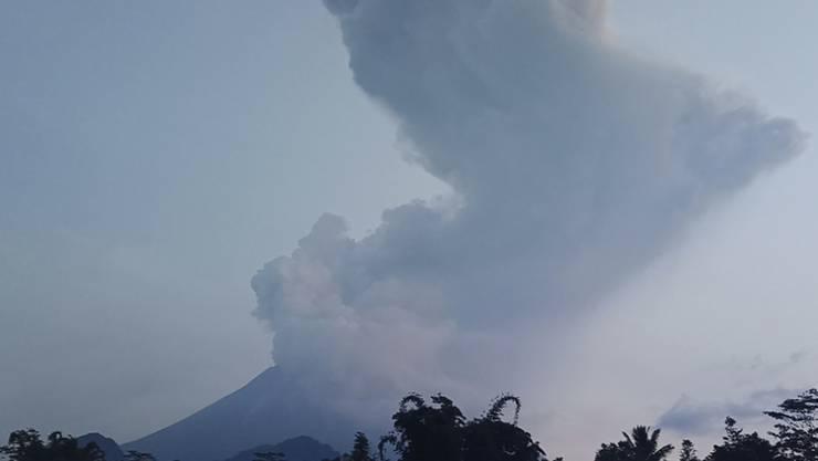 Eine sechs Kilometer hohe Aschesäule steht über dem Vulkan Merapi auf der indonesischen Insel Java.