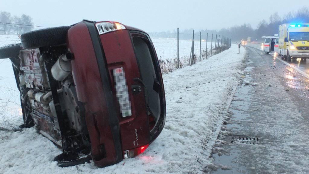 Eine 20-jährige Frau zog sich auf der Autobahn A13 bei einem Selbstunfall unbestimmte Verletzungen zu.