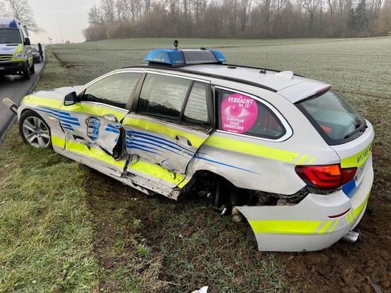 ... und prallte seitlich in das Polizeiauto.