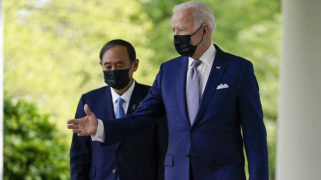 Joe Biden, Präsident der USA, und Japans Ministerpräsident Yoshihide Suga kommen aus dem Oval Office und sind auf dem Weg zu einer Pressekonferenz. Foto: Andrew Harnik/AP/dpa
