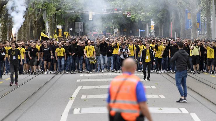 YB-Fans beim Fanmarsch vor dem Schweizer Fussball-Cupfinalspiel zwischen den Berner Young Boys und dem FC Zürich