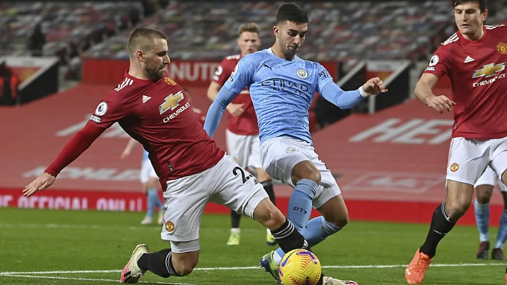 Kampf und Krampf, aber keine Tore: Manchester United (Luke Shaw/links) und Manchester City (Ferran Torres/in Blau) trennen sich 0:0
