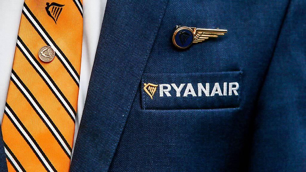 Erfolg für die Ryanair-Angestellten in Italien: Kurz vor einem für Freitag geplanten Streik stimmt der Billigflieger einem Tarifvertrag für Flugbegleiter in Italien zu. (Archiv)