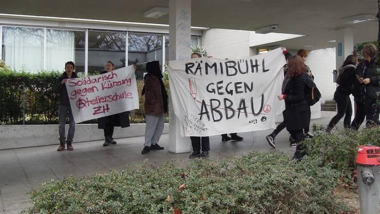 Schüler besetzen die Kanti Stadelhofen um gegen Sparmassnahmen des Kantons Zürich zu protestieren