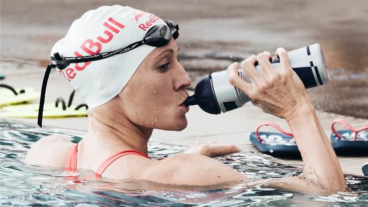 Daniela Ryf gönnt sich beim Schwimmtraining auf Hawaii 2017 einen Schluck. Ihr Streben nach Perfektion geht trotz drei Hawaii-Siegen in Folge weiter.