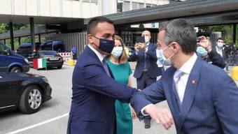 Schutzmasken und Ellenbogen-Gruss: Ignazio Cassis und Luigi Di Maio treffen sich an der Grenze in Chiasso.