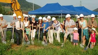 Bauherrschaft, Projektleitung und künftige Bewohner sowie weitere Gäste stellten sich zum Spatenstich-Gruppenbild auf. (hot)