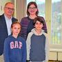 Zukunftstag: Stadtpräsident Hanspeter Hilfiker und Stadträtin Franziska Graf mit Livia und Lenny.