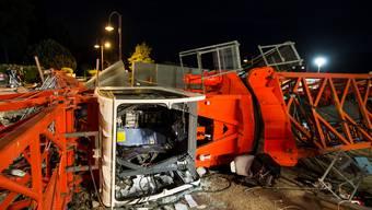 Baukran stürzt in Saint-Sulpice VD um
