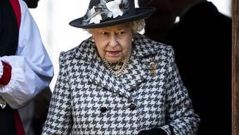 """Meghan und Harry sind immer noch """"vielgeliebte"""" Familienmitglieder: Queen Elizabeth II. beim Verlassen des Sonntagsgottesdienstes in der Kirche St Mary the Virgin von Hillington."""
