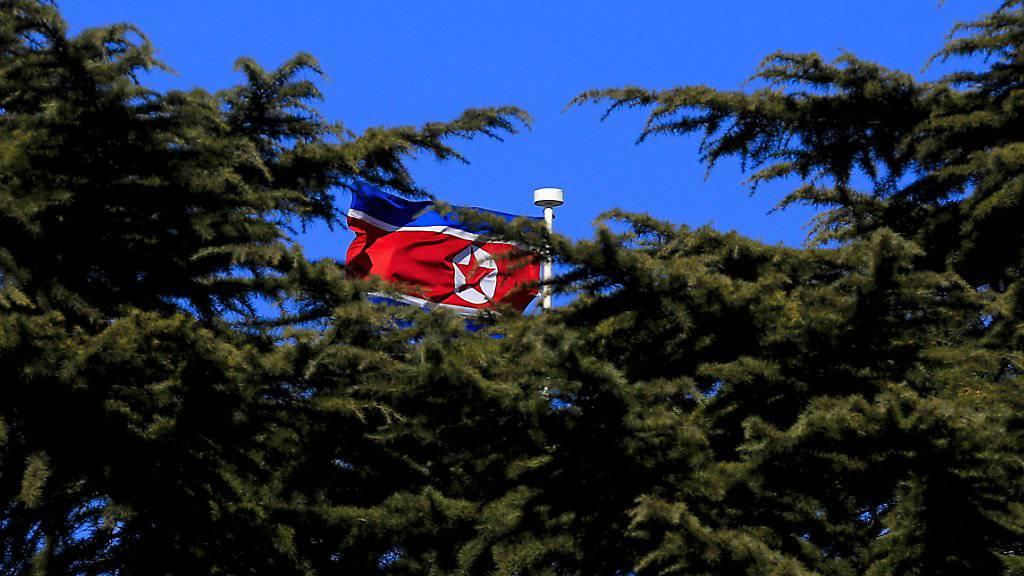 Nordkoreas Flagge flattert im Wind über der Botschaft des Landes in China: Der grosse Nachbar soll nach Willen der USA Druck auf das stalinistisch geführte Land ausüben. (Archivbild)