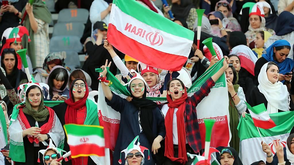 Erstes Fussballspiel mit Frauen im Stadion