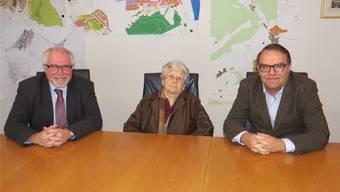 Stadtammann Rudolf Lüscher, Greti Grimmer-Bohrer und Frank Fischer (Ortsbürgerkommission, v.l.) unterzeichneten am Dienstag den Kaufvertrag. zvg