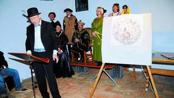 Am Pranger: An der Plakettenvernissage hatten König Hermann der Käser und sein Gefolge von Markus Schär einiges zu hören. khg