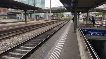 Mit hohem Tempo rasen die Personen- und Güterzüge am Bahnhof Schlieren vorbei und sorgen für starke Windstösse.