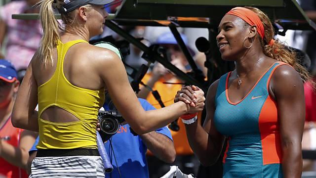 Serena Williams (r.) empfängt Gratulation von Maria Scharapowa