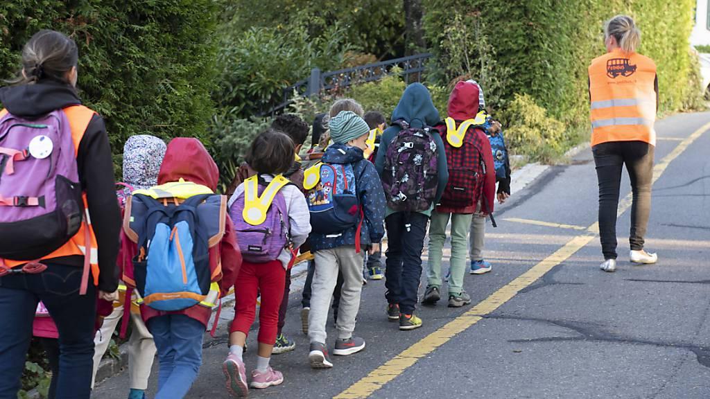 BFU und Verkehrsverbände empfehlen den Eltern, den Schulweg vorher zu üben. (Archivbild)