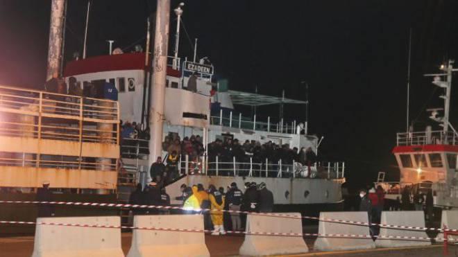 Geisterschiff «Ezadeen» mit 450 Flüchtlingen an Bord nach der Ankunft im Hafen von Corigliano am 2. Januar. Foto: Keystone
