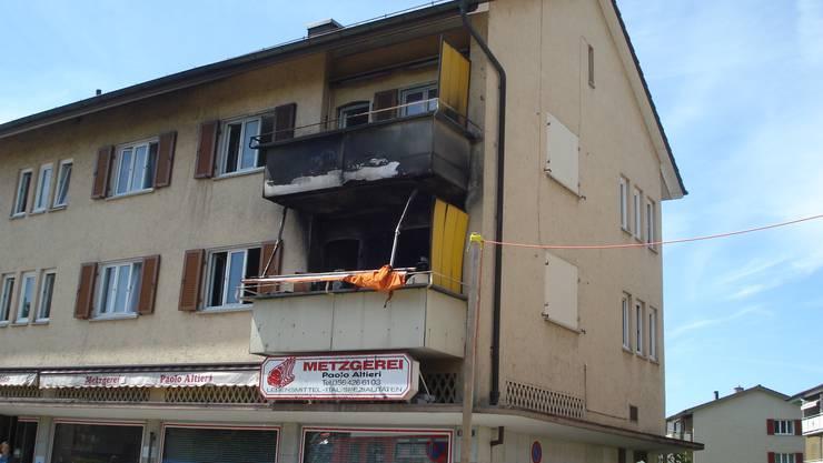 Blick von aussen auf die ausgebrannten Wohnungen an der Bahnhofstrasse