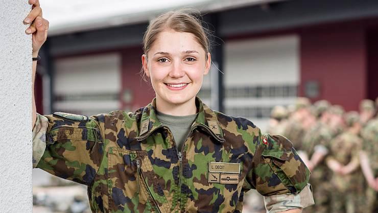 Die 21-jährige Laura Decet aus Lenzburg dient momentan als Oberwachtmeister in der Kaserne in Emmen. Sandra Ardizzone