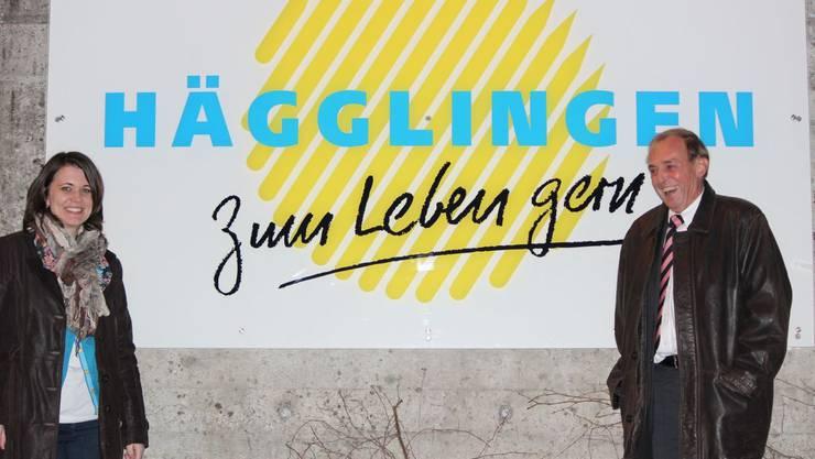 Gemeindeschreiberin Fabienne Fischer und Gemeindeammann Urs Bosisio freuen sich sichtlich über die neue Tafel mit dem Spruch «Hägglingen – Zum Leben gern».
