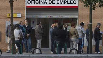 In von der Krise gebeutelten Ländern wie Spanien sind die Schlangen vor den Arbeitsämtern noch immer lang (Archiv)