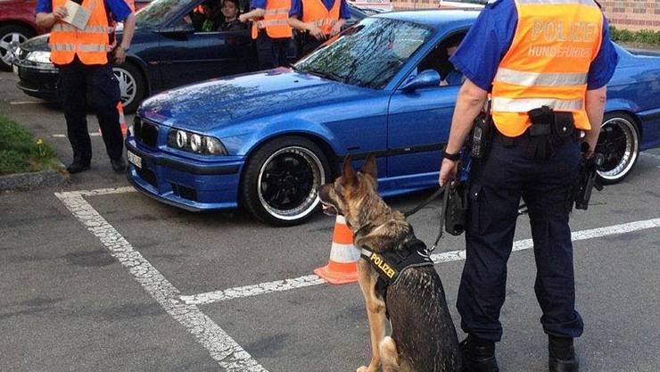 Polizisten kontrollierten Autofahrer, auch ein Hund war im Einsatz. ZVG