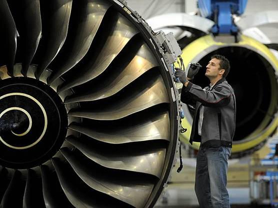 Ein Mechaniker testet für die Lufthansa Triebwerke des A380. (Archiv)